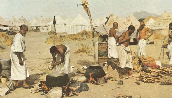 Hajjis cocking food in Mina in 1953